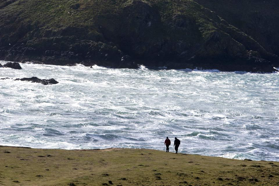 Die Westküste , Pfad entlang einer Felswand in Pembrokeshire , Großbritannien