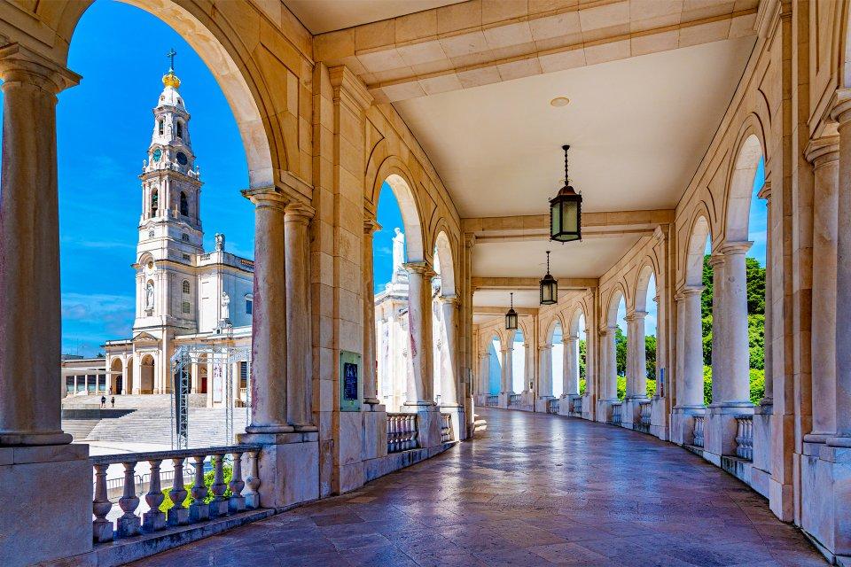Vista del frontispicio del santuario, Fatima, Arte y cultura, El Norte y el Centro de Portugal