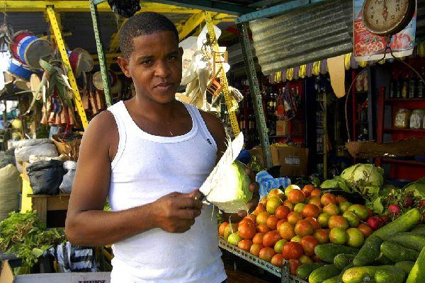 El mercado cubierto, Mercado Modelo , Cortadores de col con machete , República Dominicana