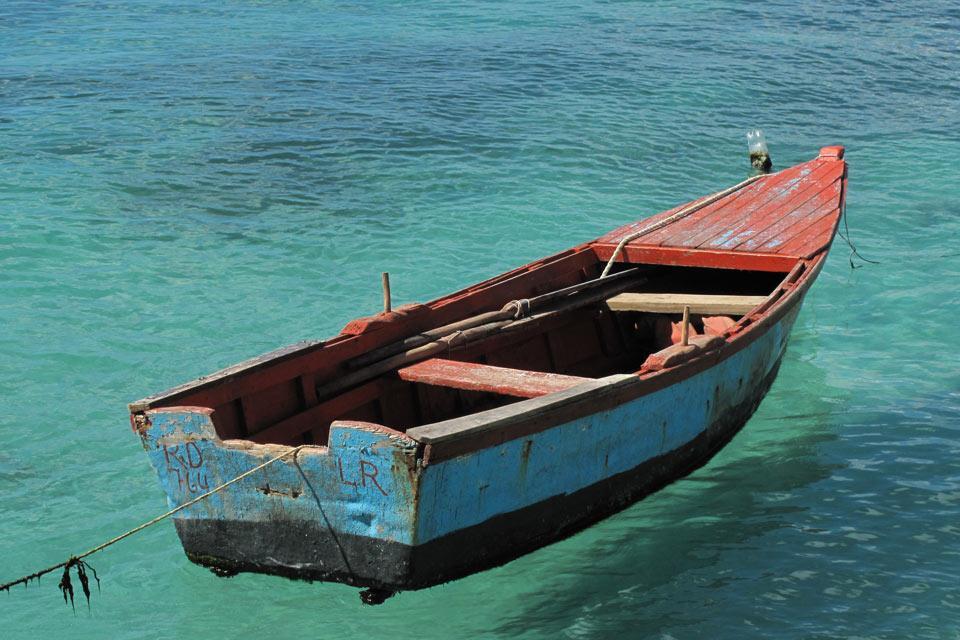 Bayahibe , Une barque colorée de pêcheur , République dominicaine