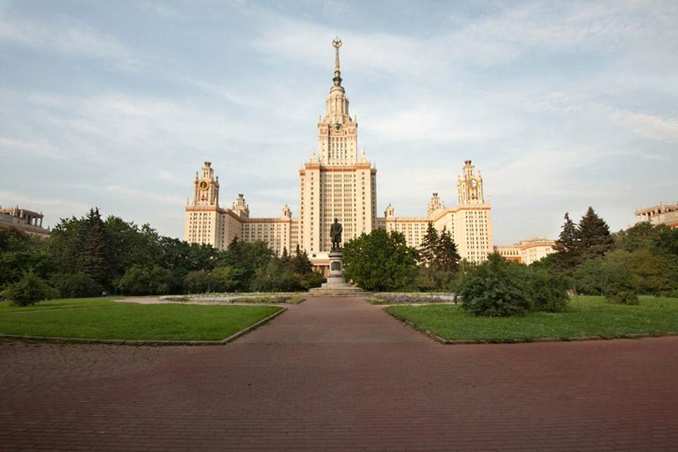 I parchi , Imponente edificio gotico , Russia