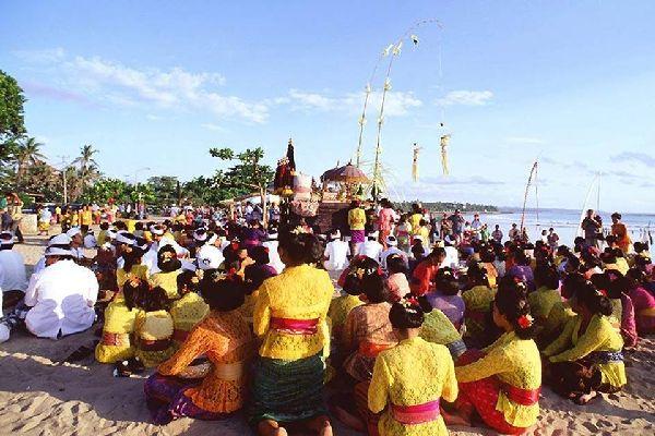 Kuta et la côte Ouest , Cérémonies sur la plage , Indonésie