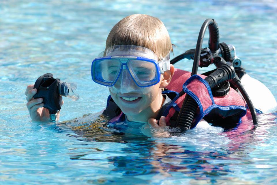 I fondali marini , Un ragazzo che pratica immersione , Seychelles