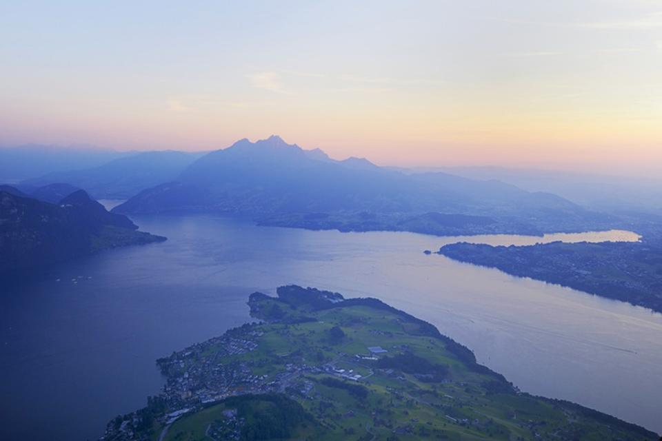La regione del lago dei Quattro Cantoni , Contorni scoscesi , Svizzera