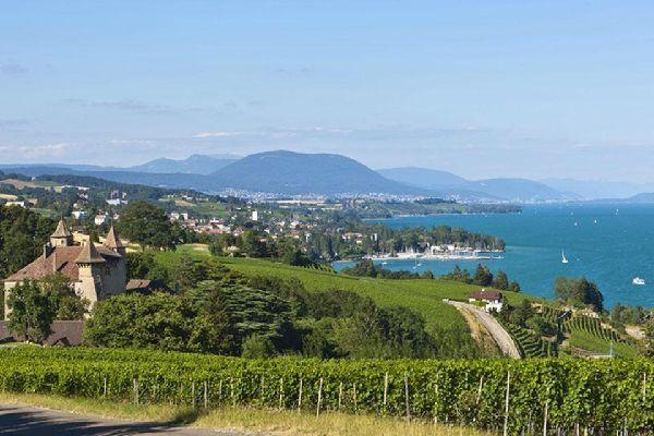 Der Kanton Neuchatel und der Jurabogen , Der Neuenburgersee , Schweiz