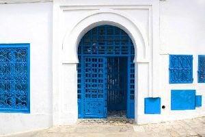 Las puertas de madera con remaches , Una puerta de madera tachonada , Túnez