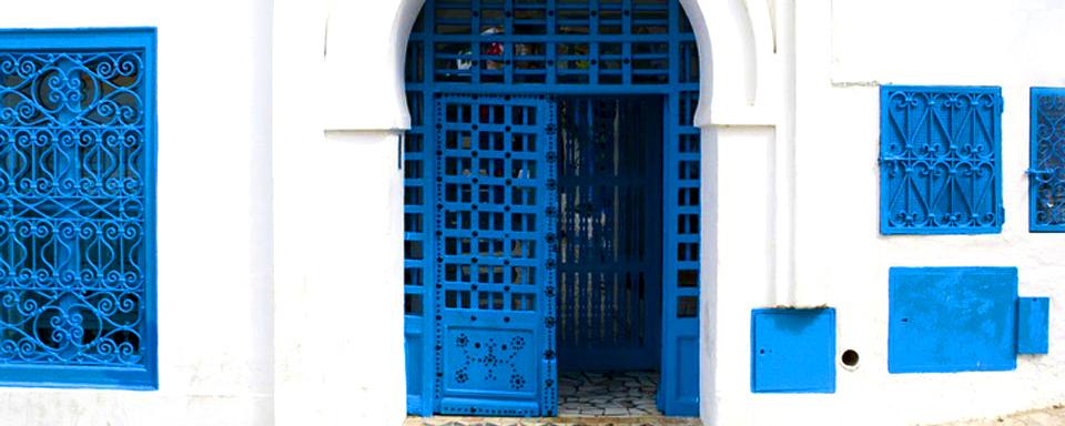 Una porta in legno chiodato