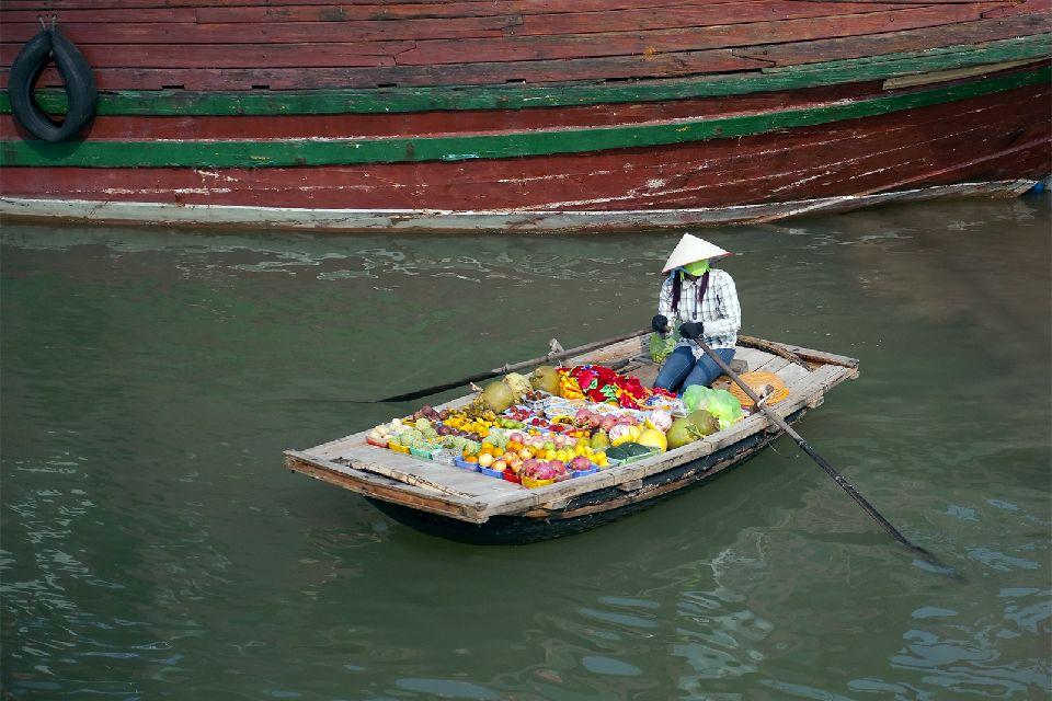 La bahía de Along , Vendedores en la bahía de Along , Vietnam