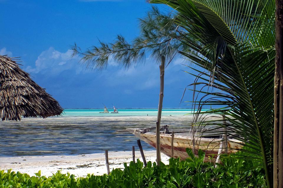 """La plage de Jambiani , Femmes assises sur le """"baraza"""" à Jambiani , Tanzanie"""