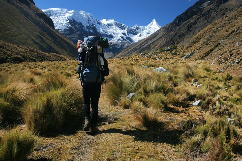 Il trekking Olleros , Chavin , Donna con zaino in spalla , Perù