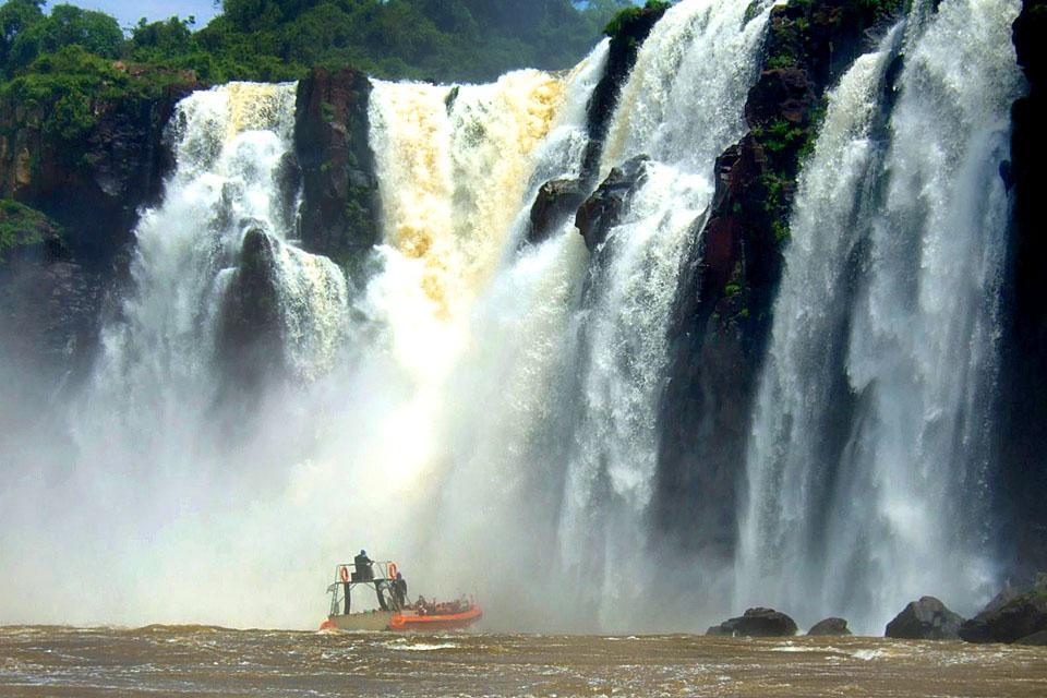 Les chutes d'Iguaçu , Passerelles au milieu des chutes d'Iguaçu , Brésil
