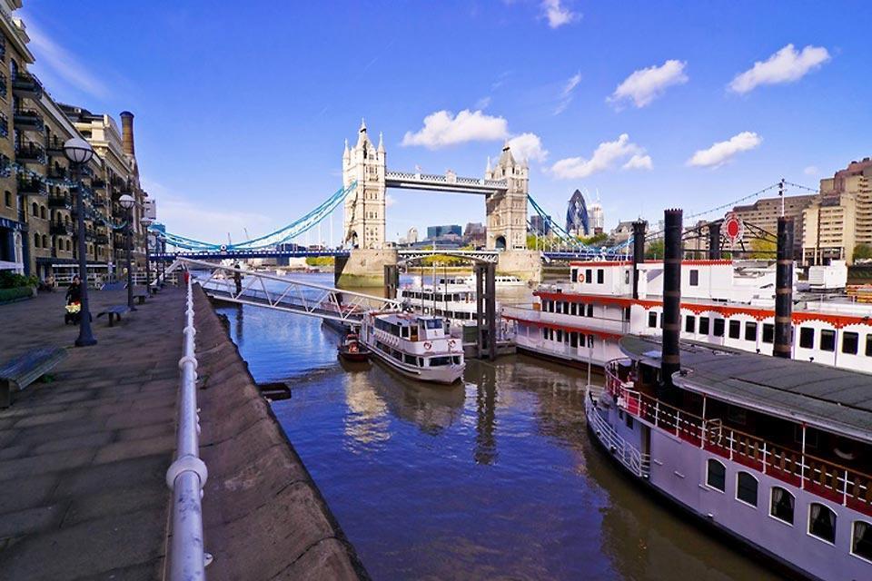 Las orillas del Támesis , Barco navegando por el Támesis en Londres , Reino Unido