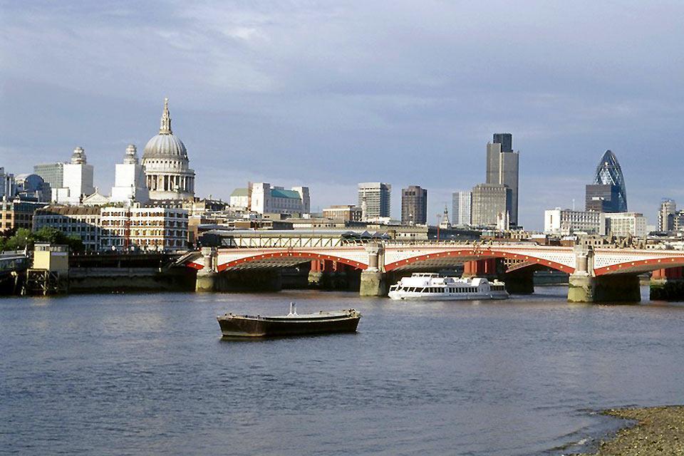 Las orillas del Támesis , El Blackfriars Bridge de Londres , Reino Unido
