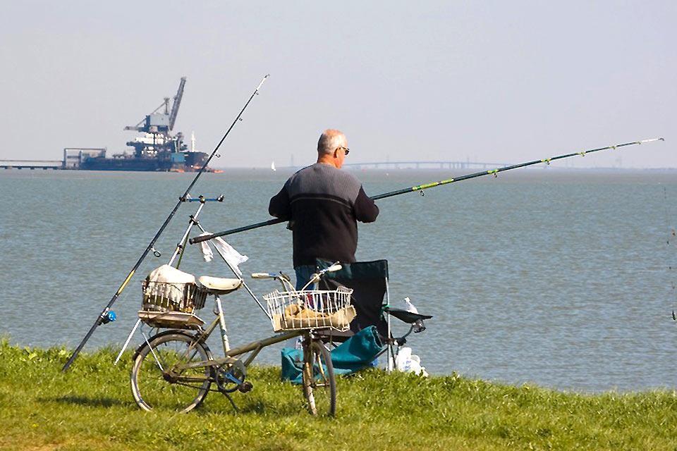 Las orillas del Támesis , Pesca en la Isle of Grain de Kent , Reino Unido