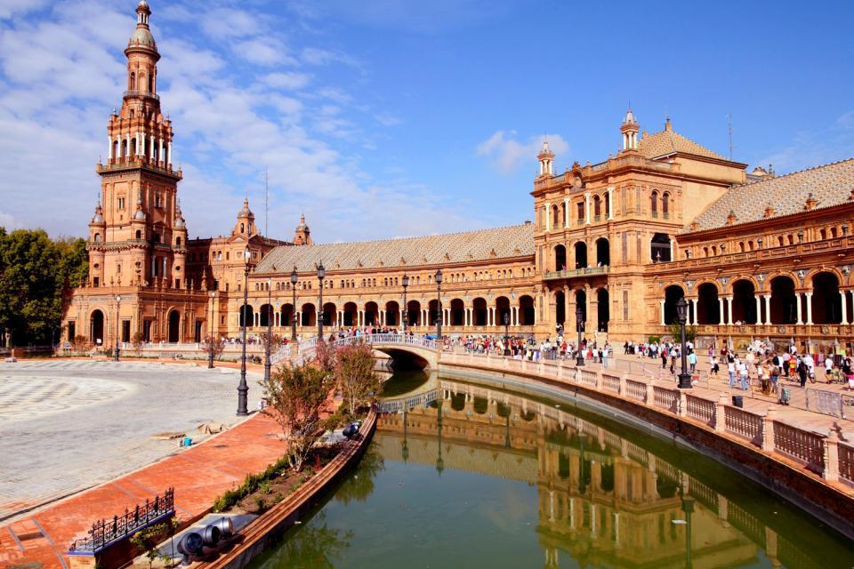La plaza de España de Sevilla , El edificio del Gobierno de Andalucía , España