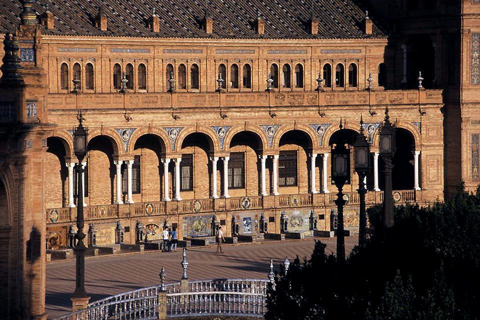 La plaza de España de Sevilla , Una de las fachadas de la Plaza de España , España