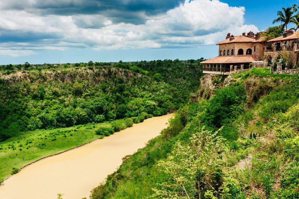 La iglesia del pueblo, Altos de Chavon, Los monumentos y los paseos, República Dominicana