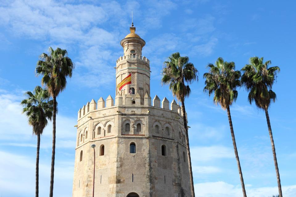 La Torre del Oro , Entre palmeras, la Torre de Oro , España