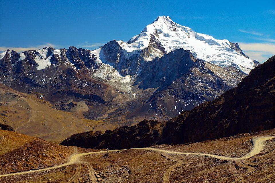 La cordillère des Andes , Cimes enneigées , Bolivie
