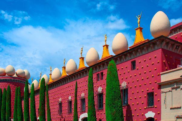 Musée Dalí , Une façade extérieure kitch , Espagne
