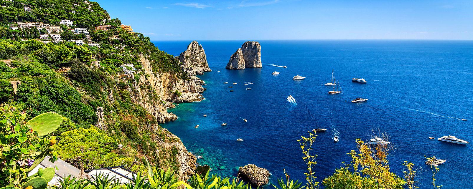 Las Islas del Golfo de Nápoles , Los Faraglioni en Capri , Italia