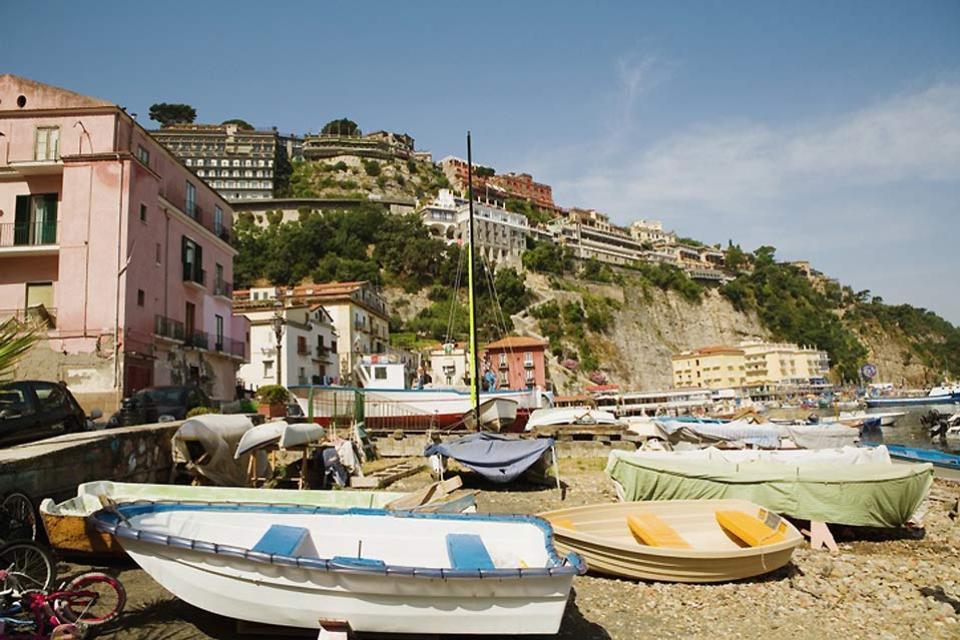 La Península de Sorrento , Embarcaciones de pesca en Sorrento , Italia