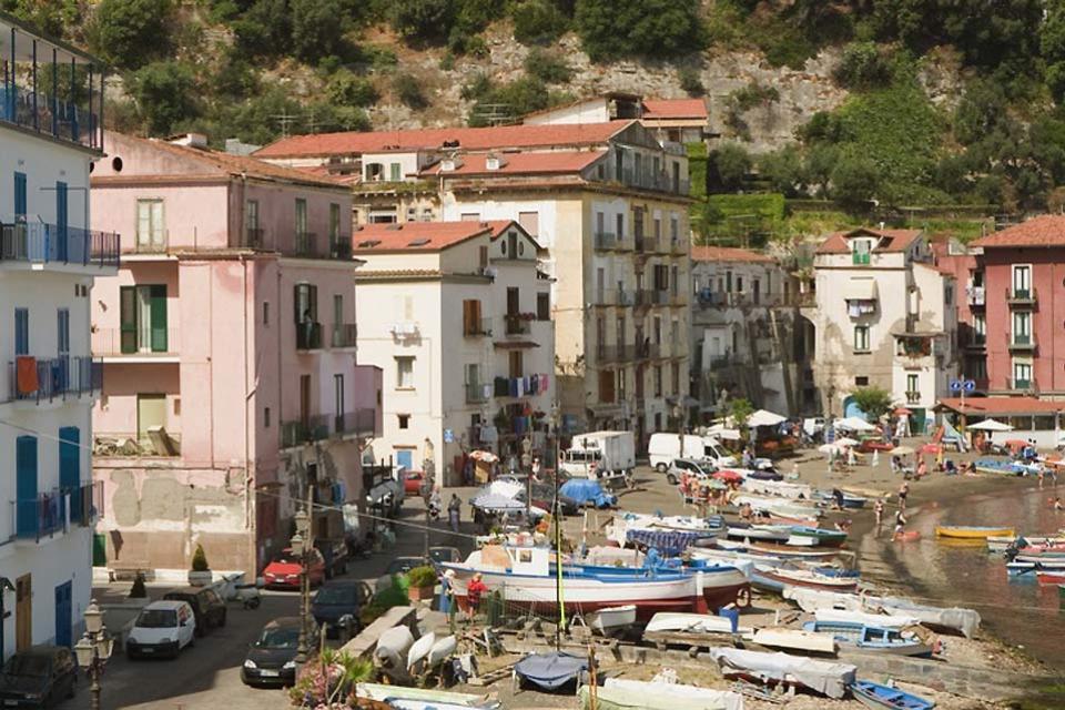 La Península de Sorrento , Pequeña playa en Sorrento , Italia