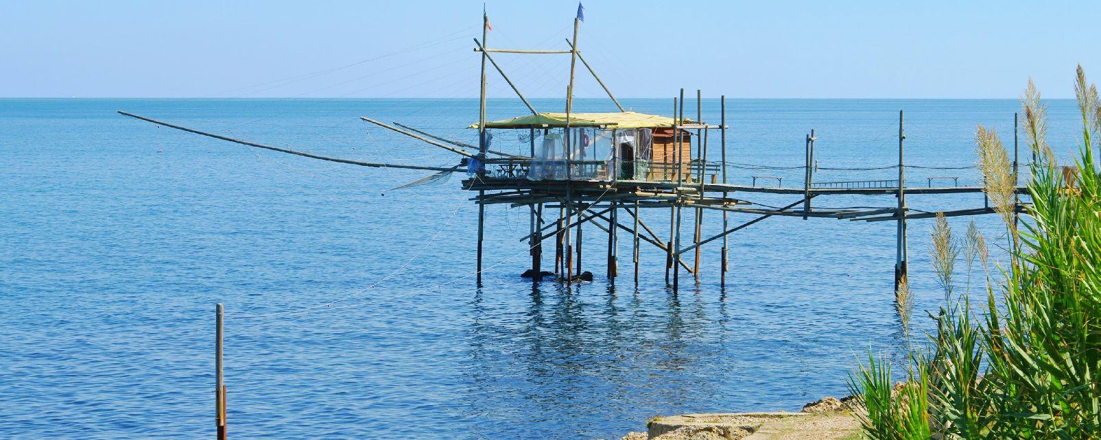 La côte des Trabocchi , Pêcheurs au travail , Italie