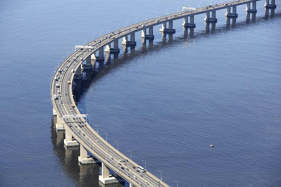 La baie de Guanabara , Le Pont Rio-Niterói , Brésil