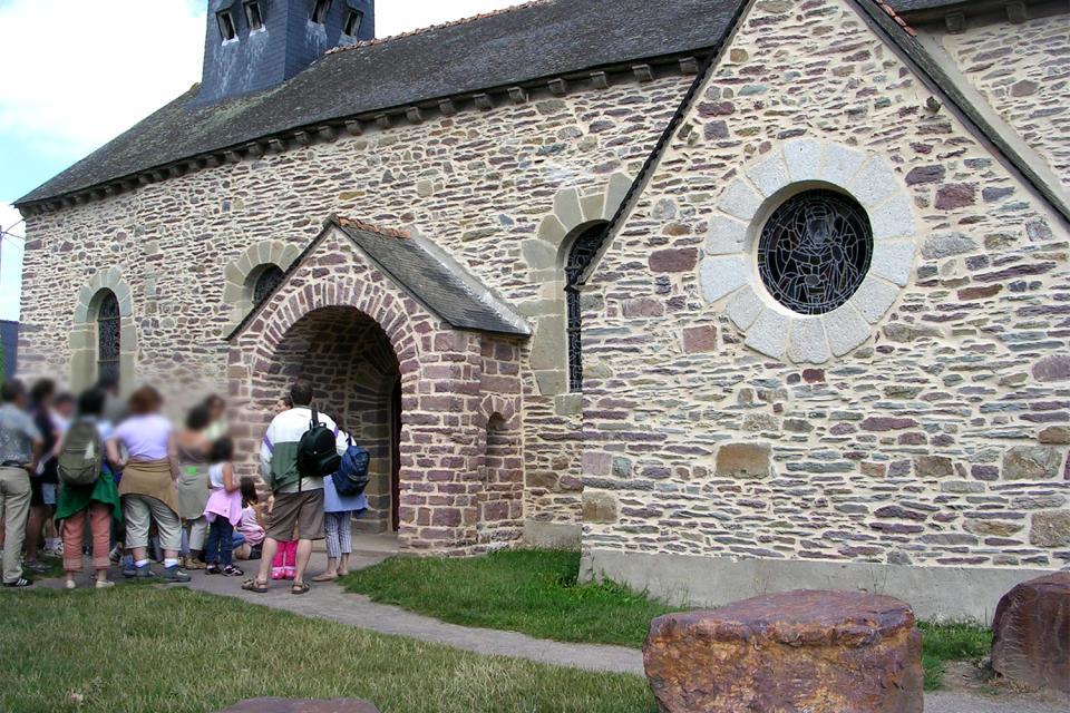La iglesia de Tréhorenteuc (Sainte Onenne) , Entrada de la Capilla del Santo Grial , Francia