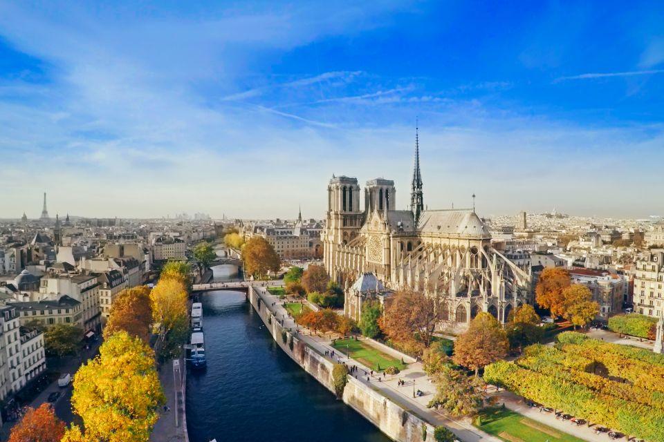 On the steps of Notre Dame, Notre-Dame de Paris Cathedral, Monuments, Paris, Ile de France