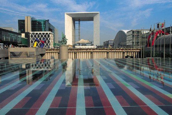 La Grande Arche e il quartiere La Défense , Un quartiere d'arte e d'affari... , Francia