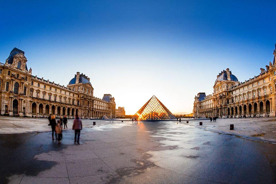 Il Museo del Louvre , Tramonto e piramide di vetro , Francia