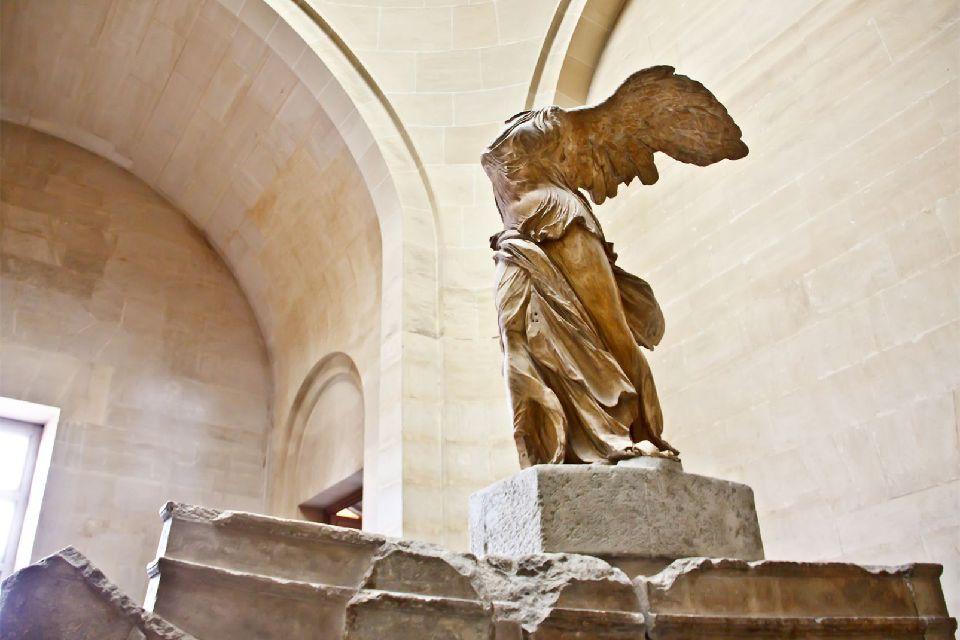 Le Musée du Louvre , L'entrée au Louvre se fait par la Pyramide , France
