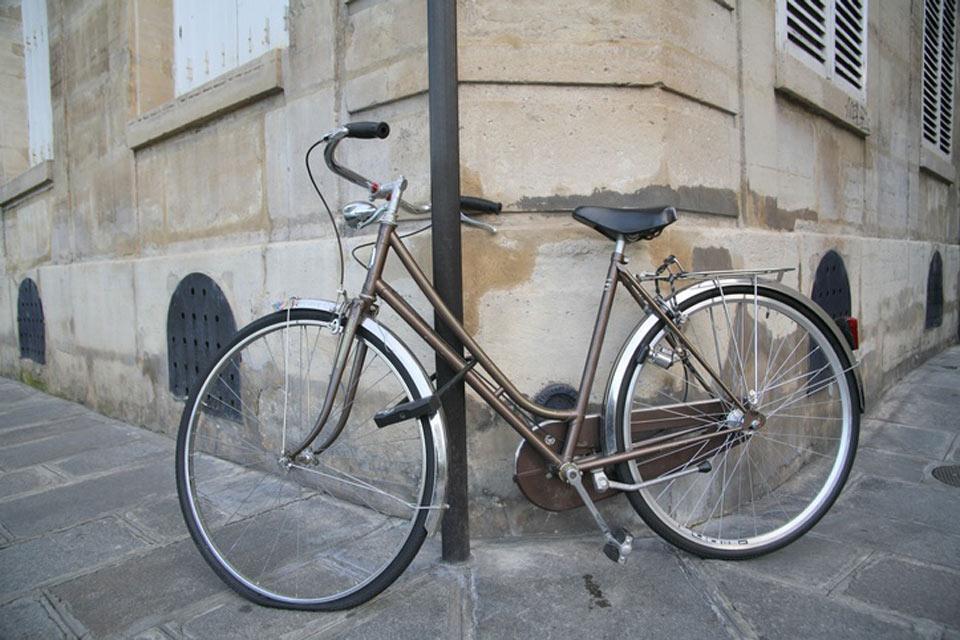 La notte , Palo, catena... E la bici è parcheggiata! , Francia