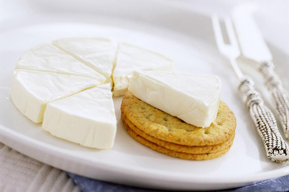 Brie de Meaux , Brie and crackers , France