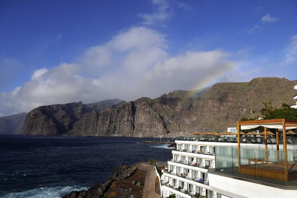 Tenerife , Los Gigantes , Ce voilier donne l'échelle de la falaise ! , Espagne