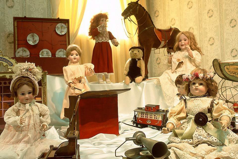 Il museo del giocattolo di Colmar  , Una delle vetrine di bambole , Francia