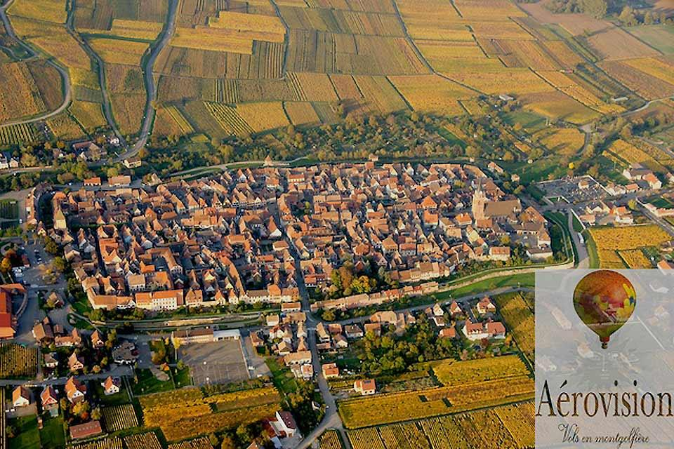 Volo in mongolfiera , Villaggio alsaziano, veduta aerea , Francia