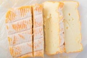 Le maroilles , Maroilles sur l'étal du fromager , France
