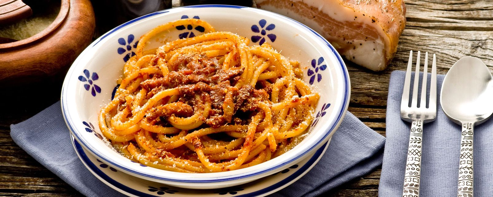 Bucatini all'amatriciana , Piatto di bucatini all'amatriciana , Italia