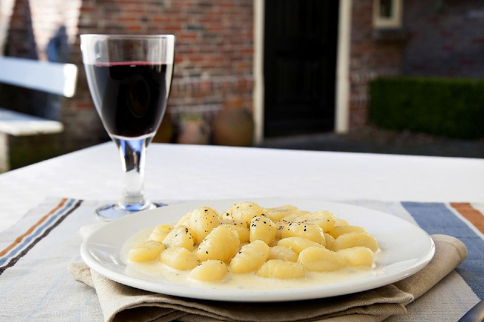 Ñoqui de semola , Un plato con múltiples variantes , Italia