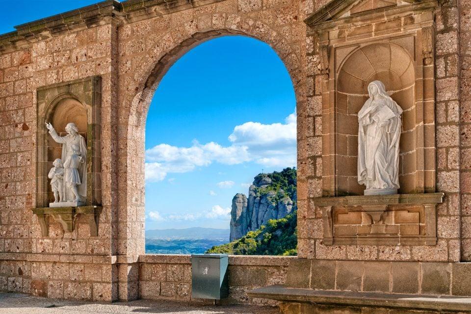 Le monastère de Montserrat , Sculptures dans le cloître , Espagne