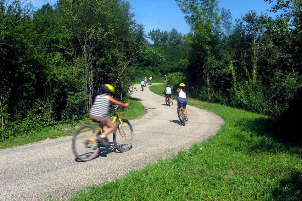 Grand Parc Miribel-Jonage , Balade en vélo dans le parc , France