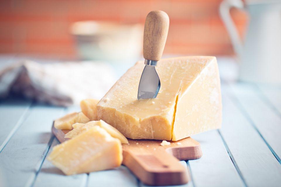 Il Parmigiano Reggiano , Parmigiano e coltellino da parmigiano , Italia