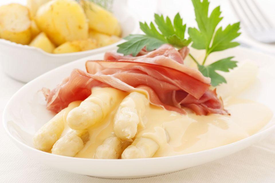 Parmaschinken , Parmaschinken auf Spargelbett , Italien