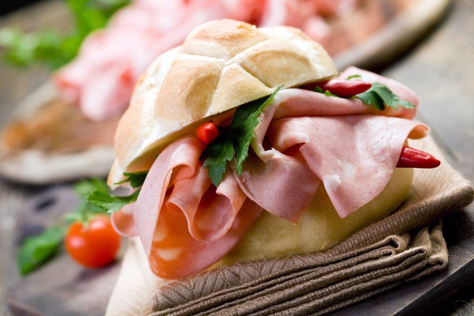 """Bologna """"la grassa"""" , Panino con la mortadella , Italia"""