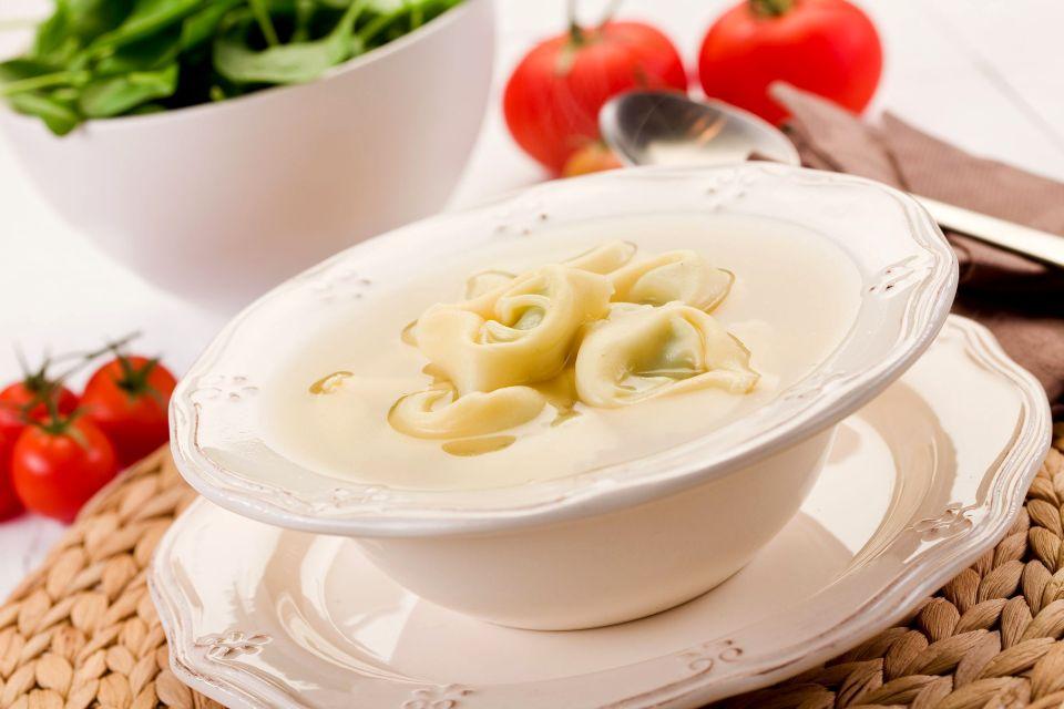 """Bologna """"la grassa"""" , I tortellini freschi, specialità regionale , Italia"""