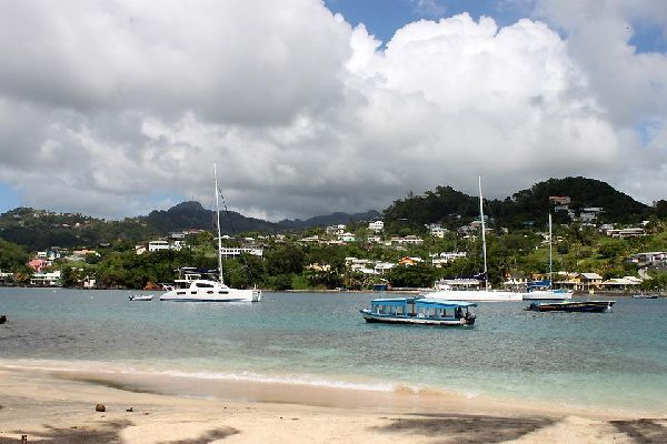 Die karibische Küste , Blick von Young Island auf St.-Vincent , St-Vincent und die Grenadinen