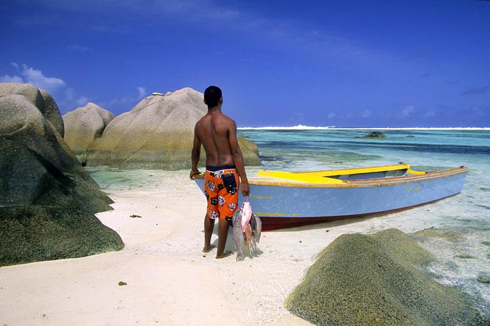 La pesca , Pescador frente al mar , Las Seychelles